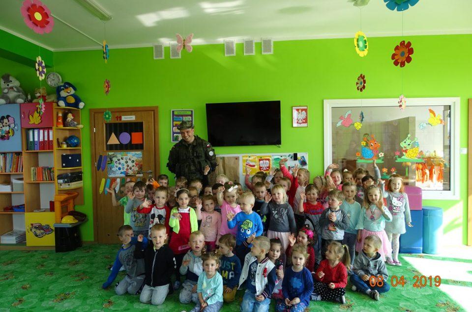 Żołnierz z wizytą u przedszkolaków