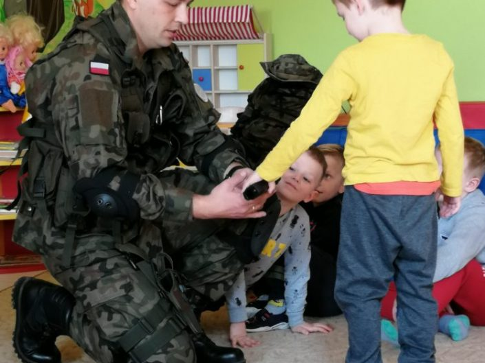 Żołnierz z wizytą w pzredszkolu